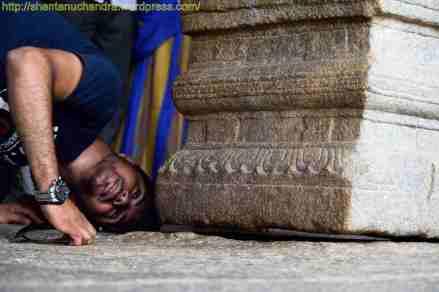 Looking through the hanging pillar at Lepakshi